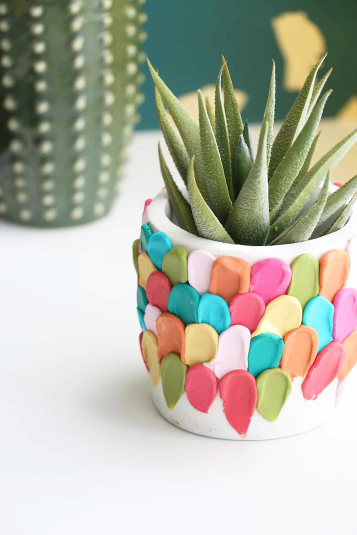 Cactus dans un pot joliment décoré en colle coloré, idee cadeau fete des meres, cadeau eco responsable