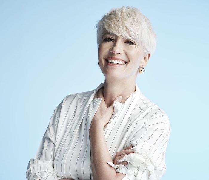 couleur de cheveux blond polaire sur coupe pixie femme avec frange sur le front et chemise blanche