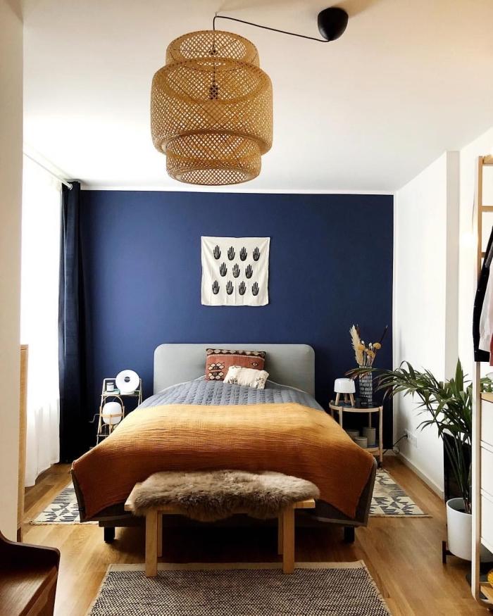couleur de peinture pour chambre tendance, aménagement petite chambre bohème aux murs blancs avec pan de mur bleu nuit