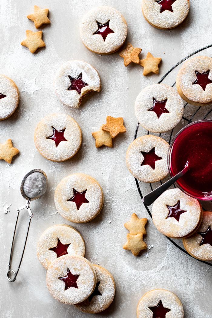 petit gateau de noel, biscuit à la confiture avec etoile, idée linzer recette facile et rapide avec sucre glace en top