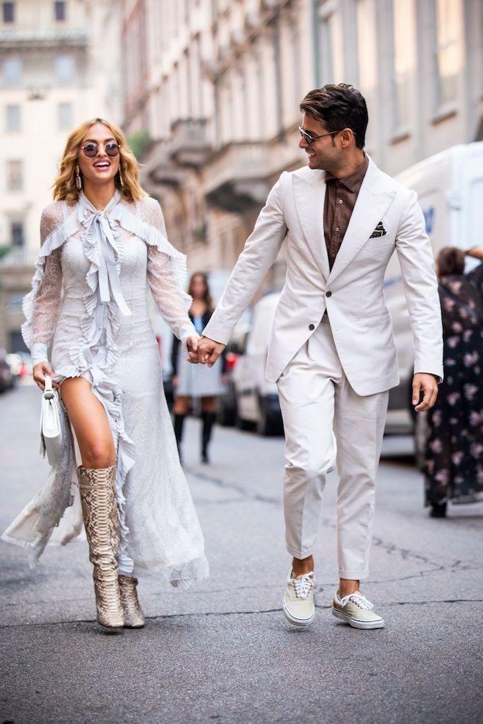 Couple moderne, tenue blanche de soirée robe longue et costume chic avec basket, comment s'habiller aujourd'hui