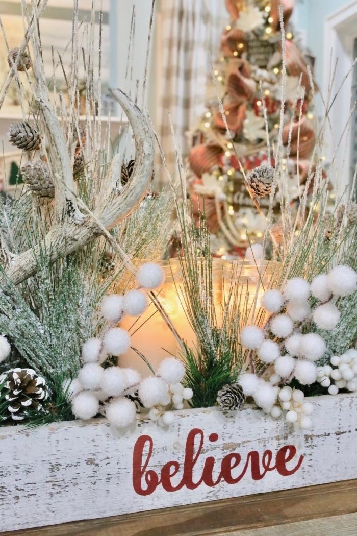 decoration noel table avec objets fait main, modèle de caisse en bois repeint en blanc et remplie de branches enneigées