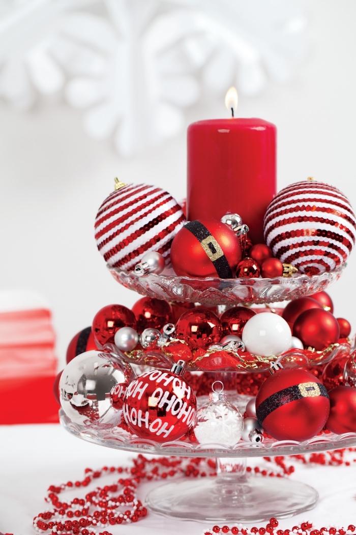 exemple de deco de table pour noel fait maison avec ornements de sapin, plateau pour dessert décoré de boules Noël