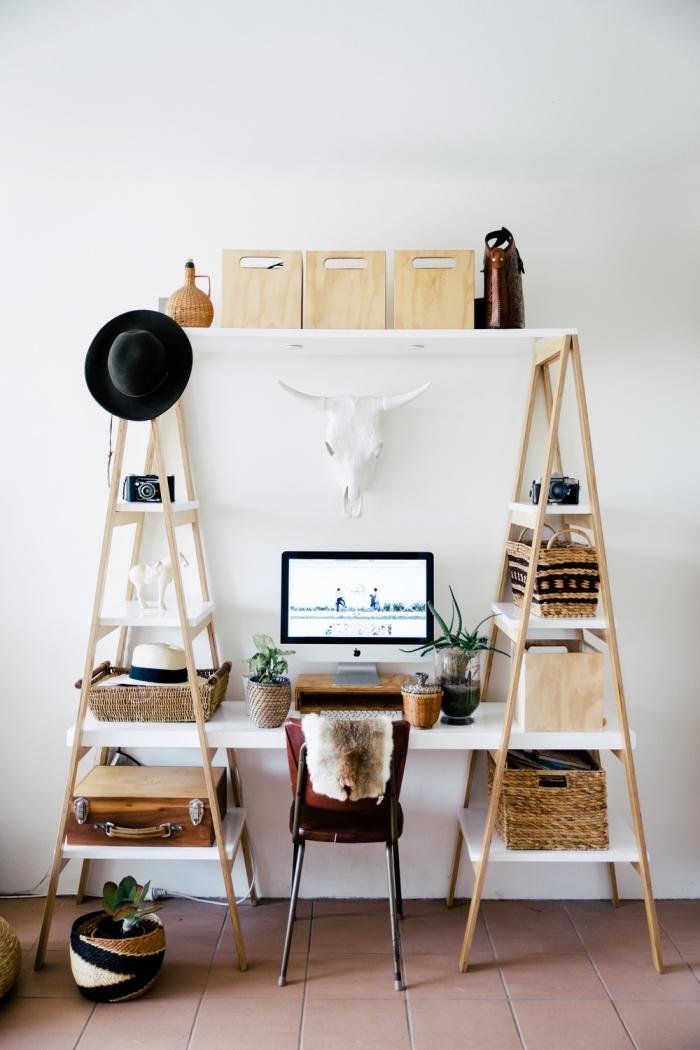 design coin de travail à domicile de style bohème aux murs blancs avec meubles DIY en blanc et bois, modèle de bureau avec étagère en forme d'échelle
