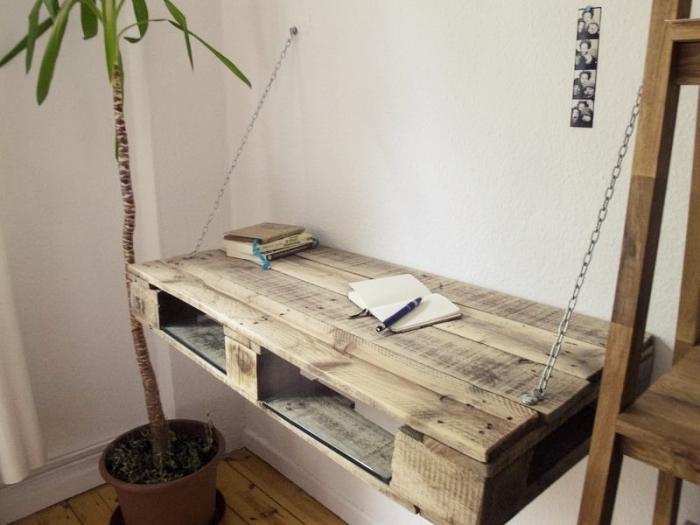 modèle de bureau en palette fonctionnel à design suspendu, idée déco de coin de travail à domicile avec bureau DIY