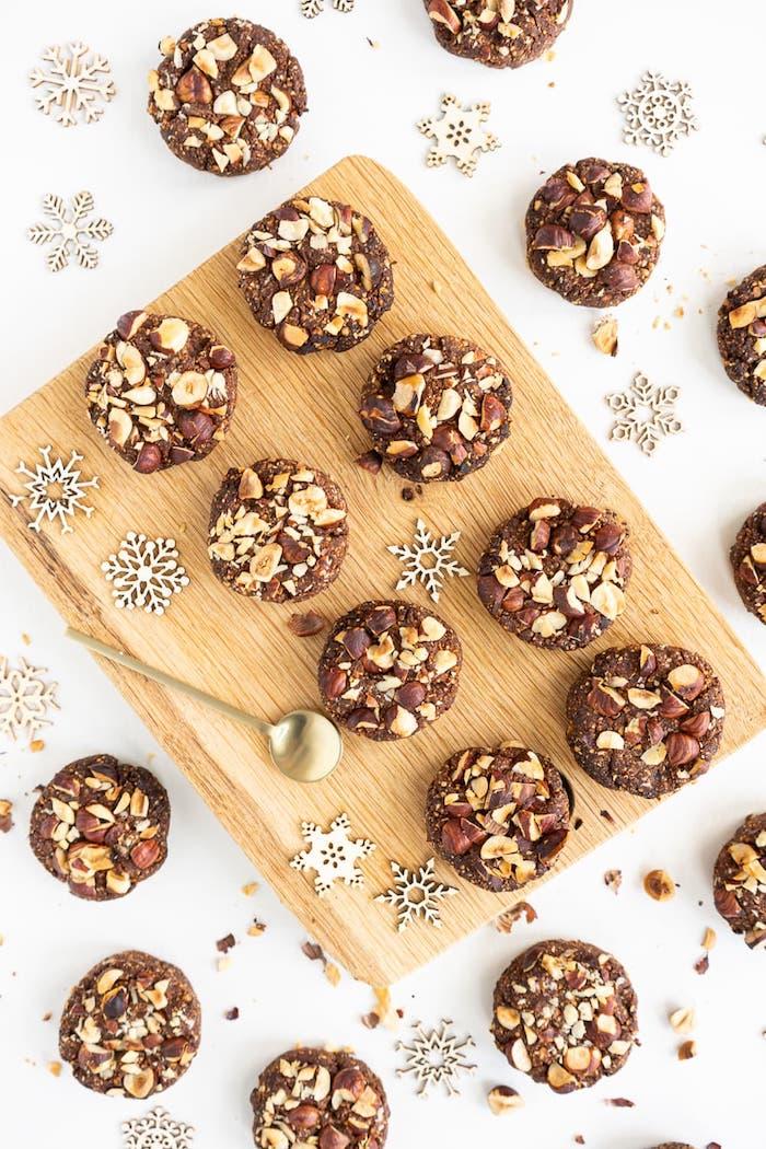 biscuit de noel facile aux noisettes moulues, noisettes concassées, dattes et cacao, recette de biscuit de noel vegan