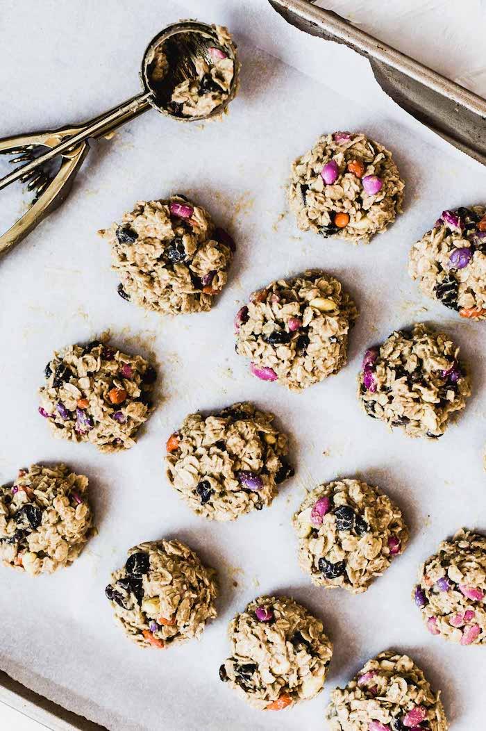 cookies moelleux flocons d avoine, pepites de chocolat beurre d amande et graines de tournesol au sucre colorées