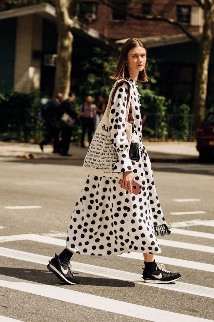 Robe longue blanche à grand pois noirs, bohème chic tenue streetwear, la meilleure tenue avec basket hiver 2020 tendances