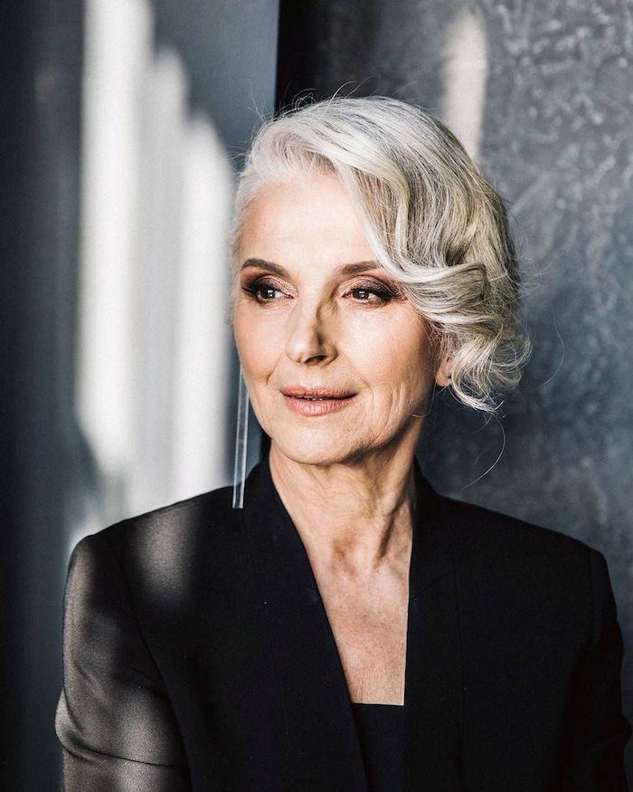 mèche longue et ondulée sur le coté de la tete, volume sur cheveux gris femme avec coiffure elegante