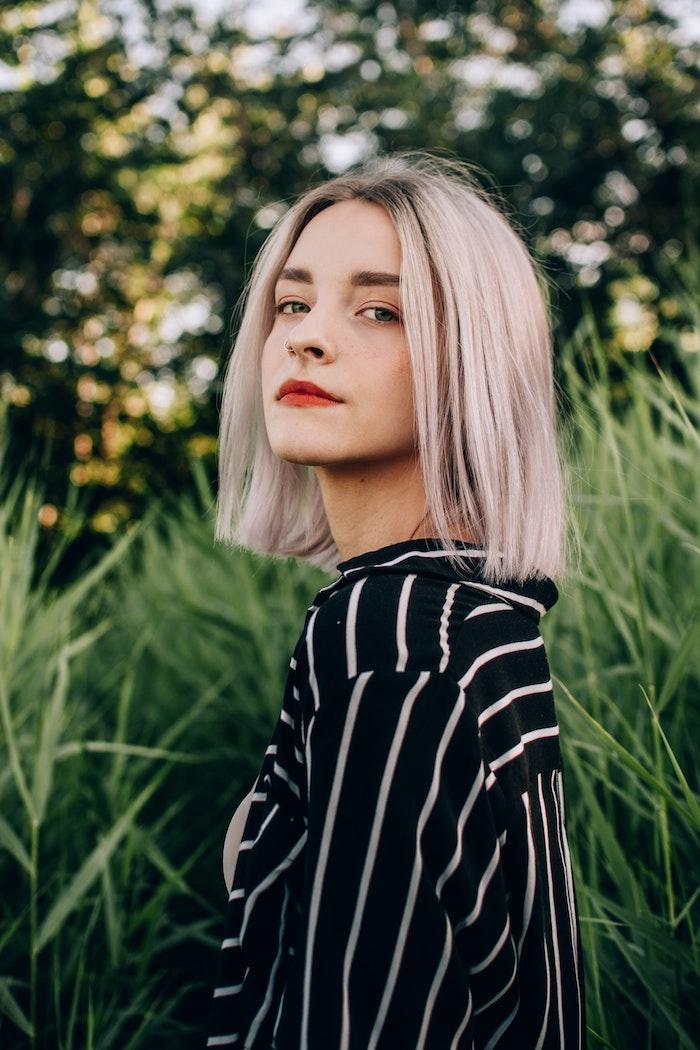 Femme blonde coupe carré mi long, choisir sa coiffure bien pour son visage, idée coiffure et tenue tendance