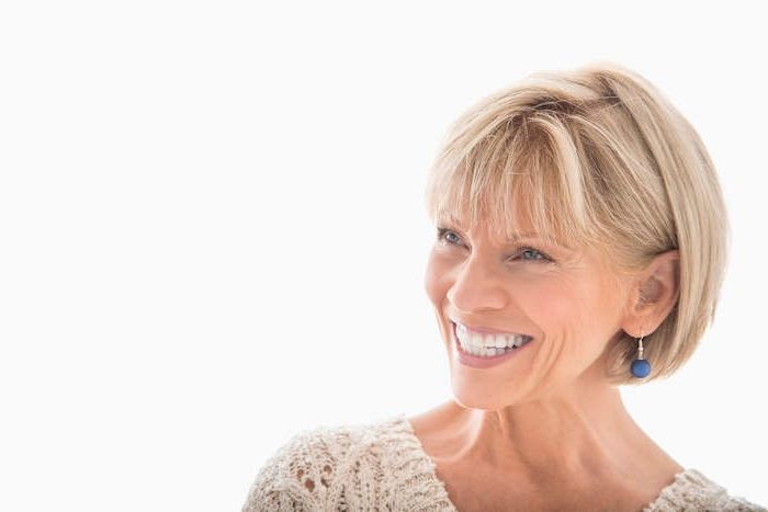 exemple de coupe carré avec frange longue, idée de coupe structuré, coiffure courte pour femme 60 ans