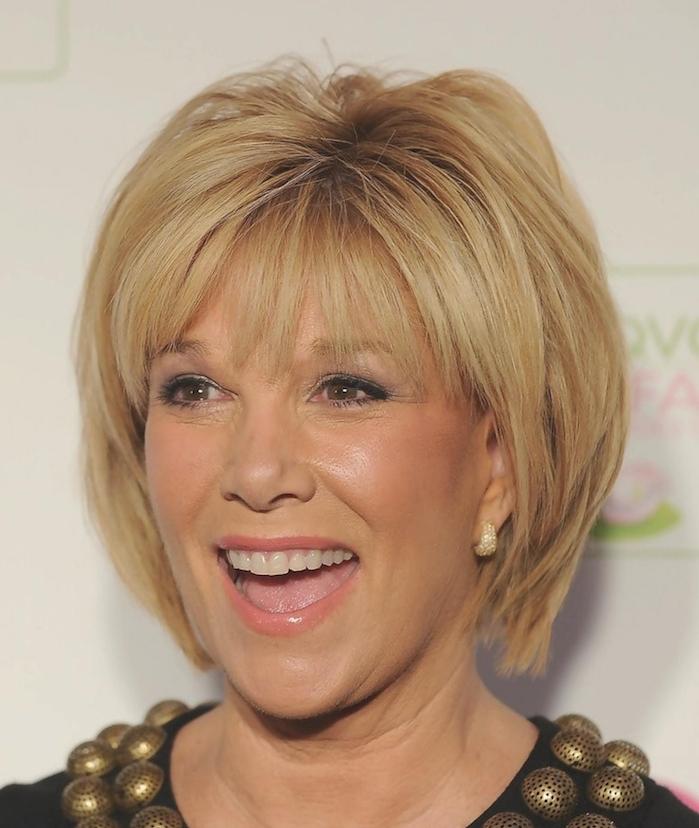 exemple de coupe de coiffure courte pour femme 60 ans avec des longueurs variées et volume sur le haut de la tete, frange couvrant le front