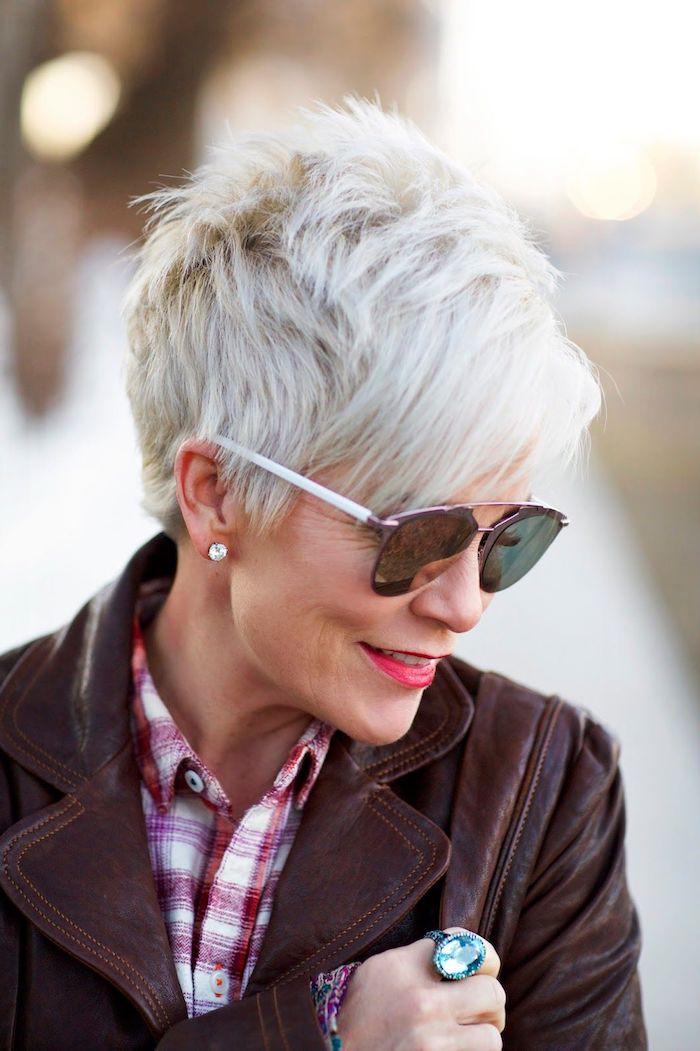 coupe garçonne effilée sur des cheveux à coloration blond polaire, femme stylée avec lunettes de soleil