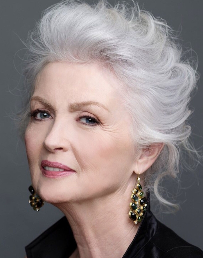 coupe de cheveux femme 50, 60 ans avec des mèches blanches en arrière bouclées, idée coupe femme agée