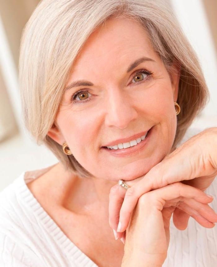 idée de coupe mi long femme cheveux gris avec des mèches encadrant le visage