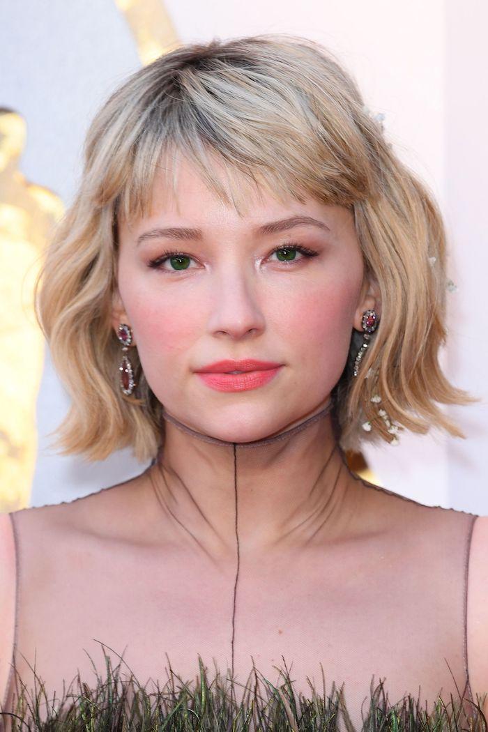 Maquillage yeux verts, rouge à levre rose, tendance de coiffure 2020, coupe de cheveux long femme