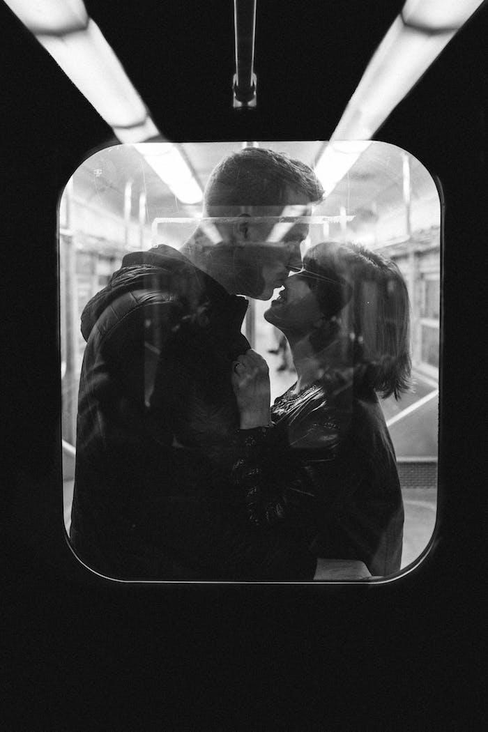 Amour photographie fond d'écran noir et blanc, des photos en noir et blanc couple dans le métro