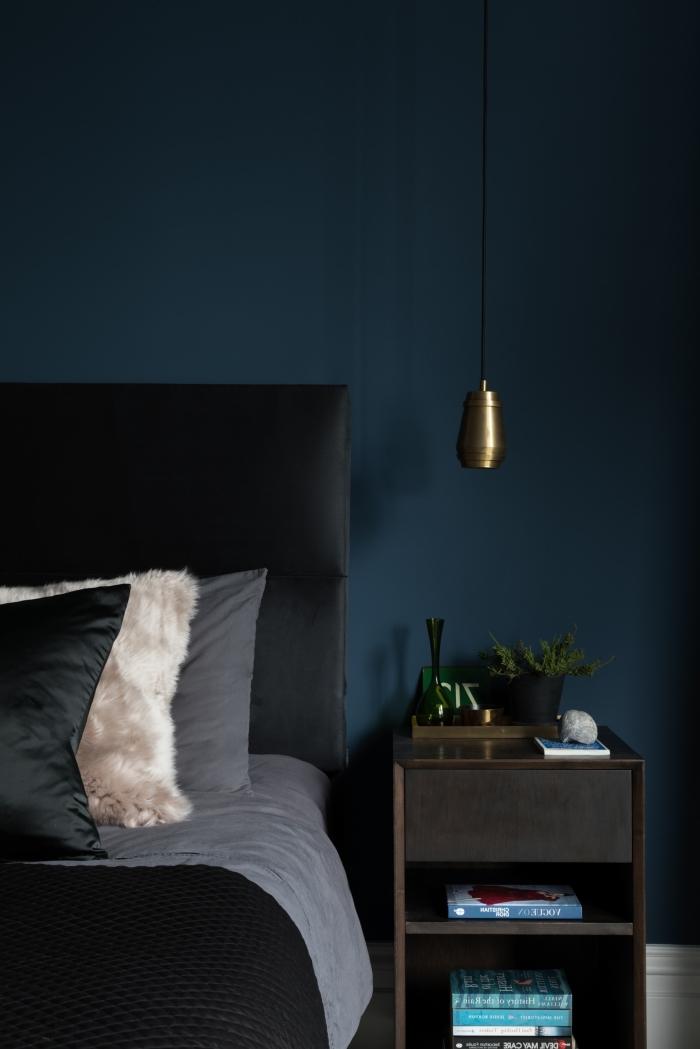 exemple de couleur chambre adulte tendance de la palette des bleus, design chambre contemporain en couleurs foncées