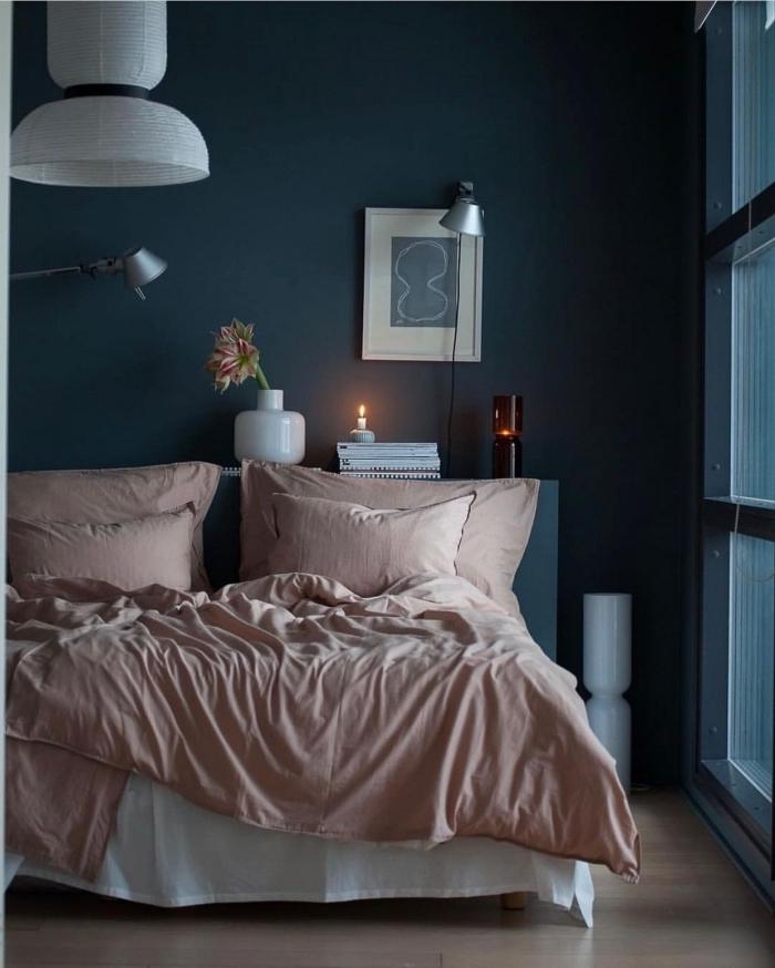 idée de deco chambre adulte aux murs bleu foncé avec objets en rose poudré et blanc, aménagement petite pièce aux murs sombres