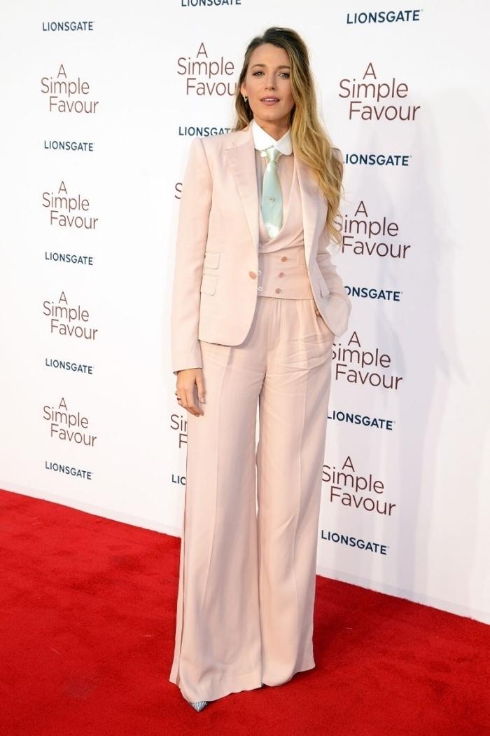 style vestimentaire de Blake lively, tenue femme habillée en tailleur femme couleur rose pastel à pantalon fluide