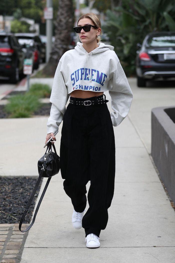 Blouson court supreme, vetements de sport femme fitness fashion, tenue swag hiver, pantalon déchiré style cargo couleur noir