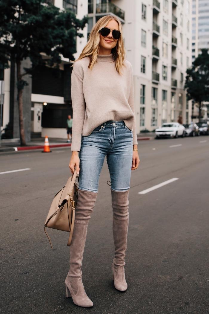 idée look chic en pull de marque femme couleur nude porté avec paire de jeans clairs et cuissardes en velours