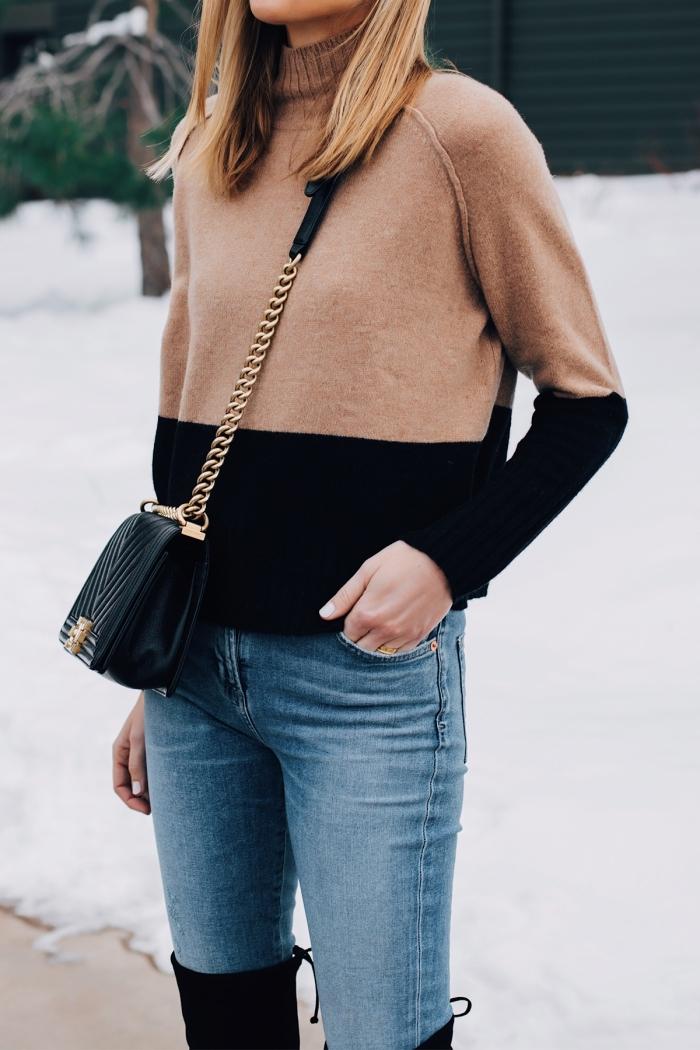 idée de tenue femme d'hiver casual chic en jeans et pull stylé à design original avec bottes genoux en velours en noir