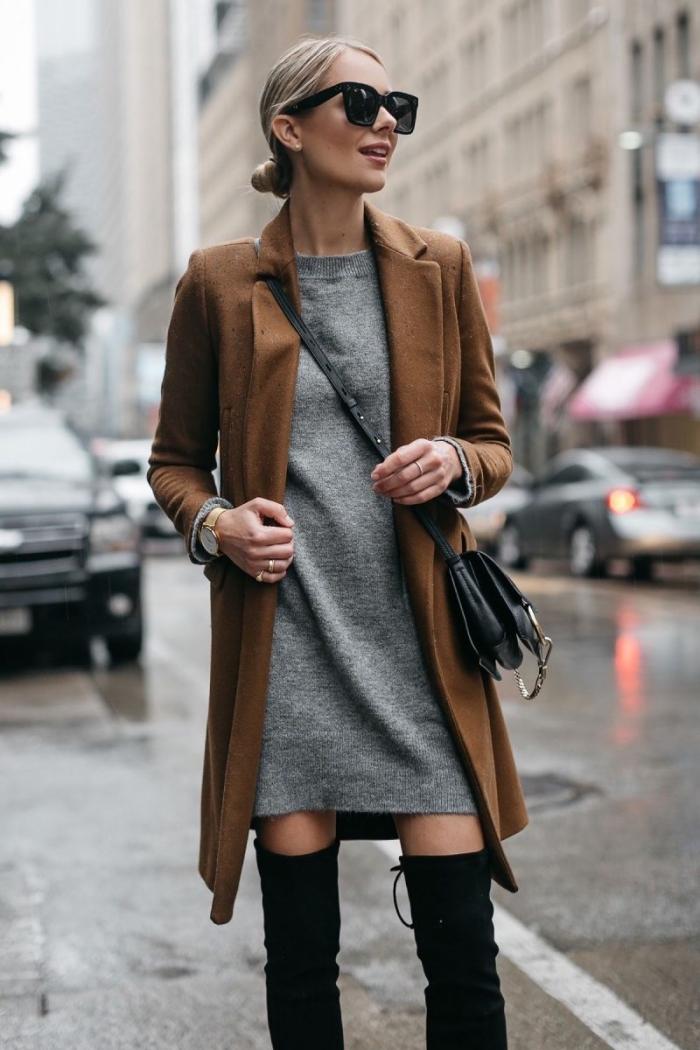 modèle de gros pull femme de couleur gris combiné avec bottes genoux noires et manteau long de couleur marron