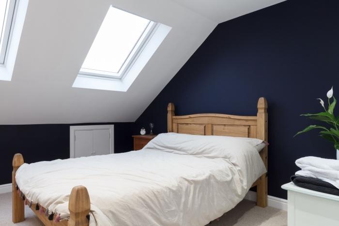 comment disposer 2 couleurs dans une chambre, idée aménagement chambre sous plafond aux murs foncés