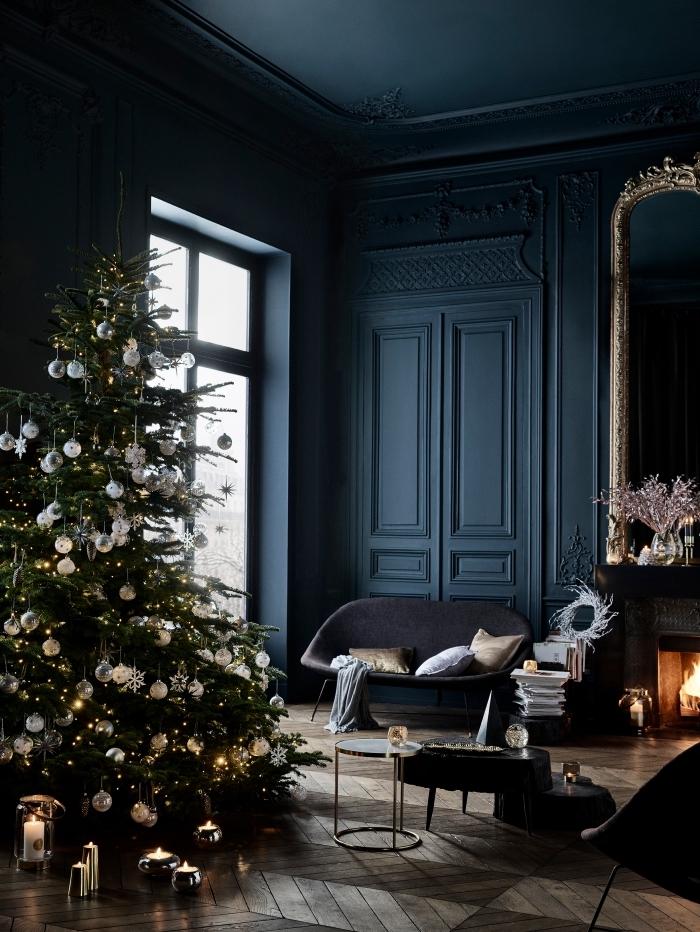 exemple de peinture bleu nuit dans une pièce au plafond haute et grande fenêtre avec cheminée et déco de Noël