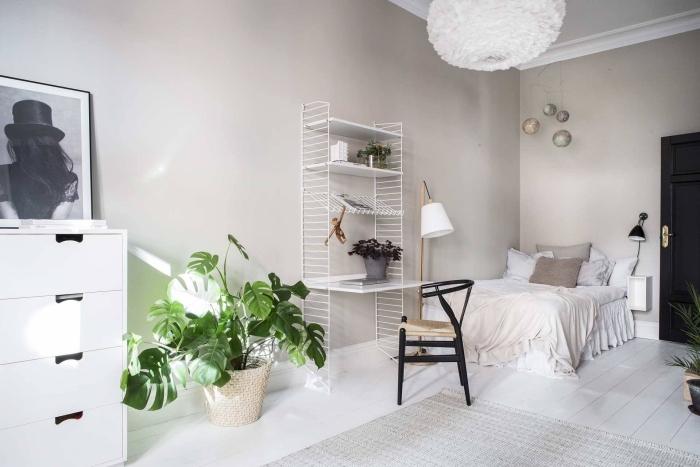 design chambre minimaliste aux murs neutres avec meubles blancs et accents noirs, modèle de bureau suspendu en blanc