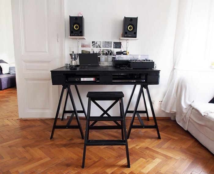 idee bureau en bois à personnaliser avec peinture noire, DIY meuble en bois avec pieds métal dans une chambre blanche