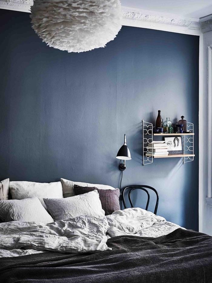 idée de couleur peinture chambre minimaliste, design chambre à coucher aux murs bleu nuit avec plafond blanc