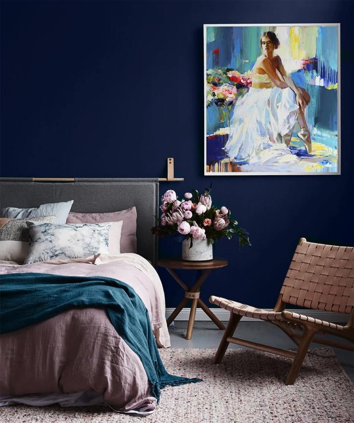 idée peinture chambre moderne de nuance bleu nuit, comment décorer une chambre féminine avec accents en rose poudré