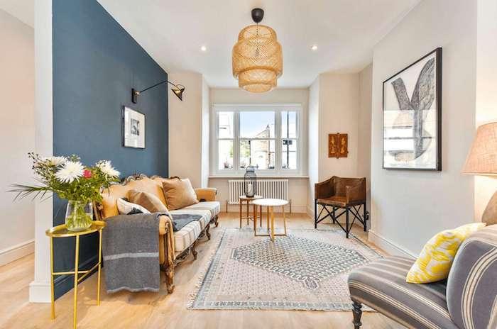 Grande vase avec fleurs dans un salon bien aménagé, peinture chambre adulte 2 couleurs, peindre une chambre en deux couleurs