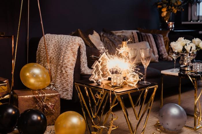 deco nouvel an pour un salon cocooning et festif, deco ballons en or, noir, figurines sapins de noel, bouquet de roses blanches