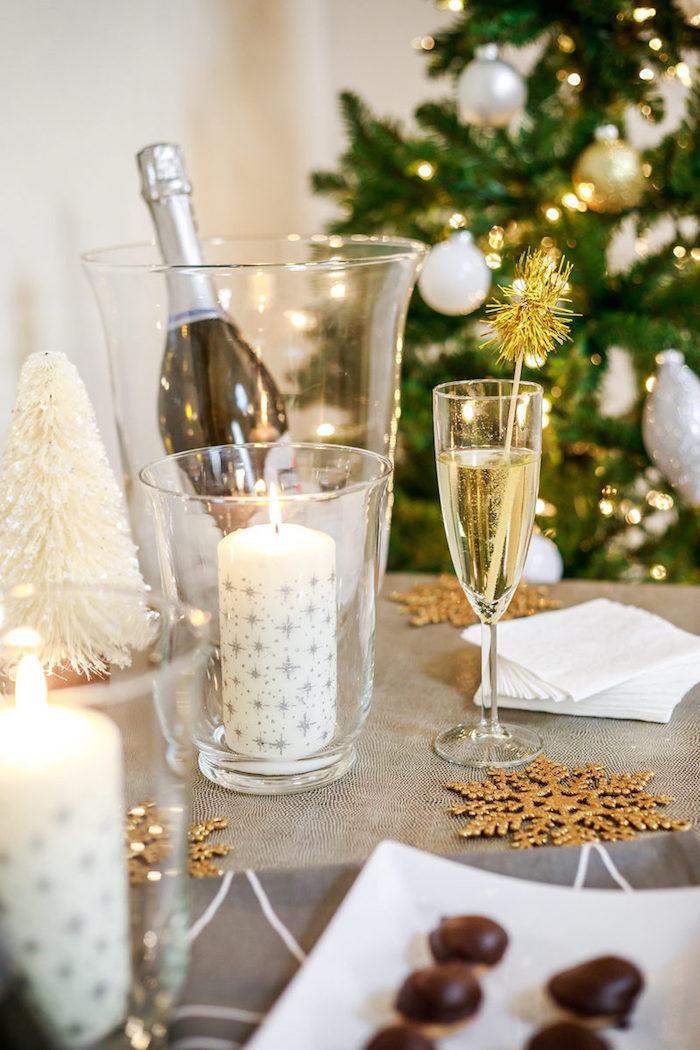 bougie diy décorée à flocons de neige et étoiles argentés, deco table figurines flocons de neige, figurine sapin de noel