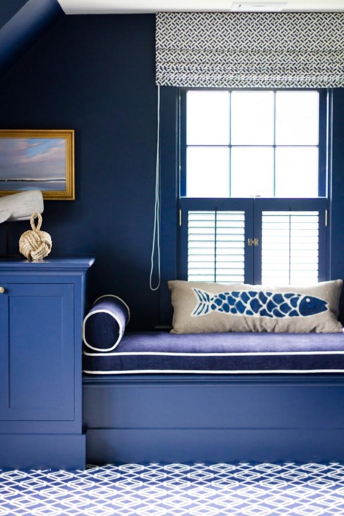aménagement de chambre cosy sous pente, design pièce aux murs bleu foncé avec plafond blanc et accents beige