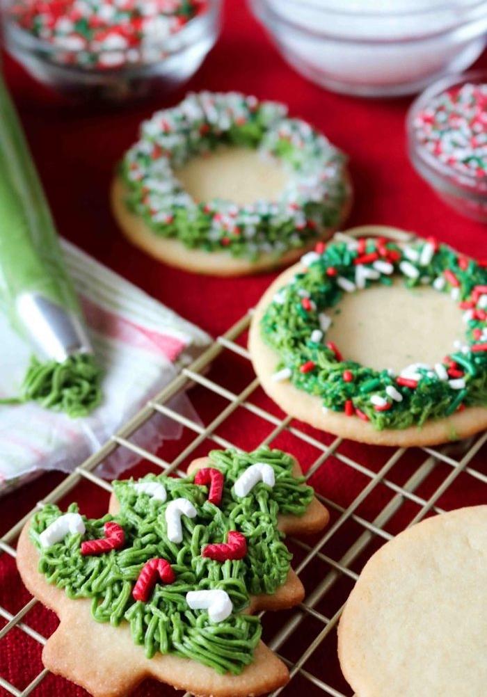 glaçage vert et decoration de vermicelles colorées de sucre pour decorer des sablés de noël, recette petit sablé au beurre et sucre classique