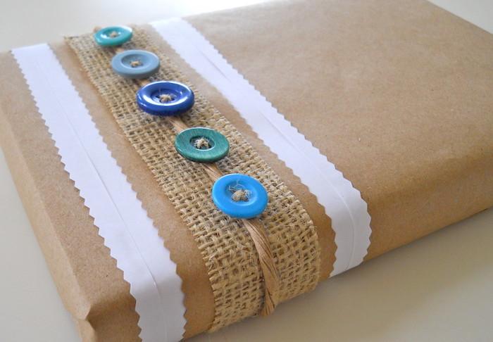 Papier recyclé et boutons colorés pour emballer un cadeau écolo homme, cadeau de noel ou d annivesaire