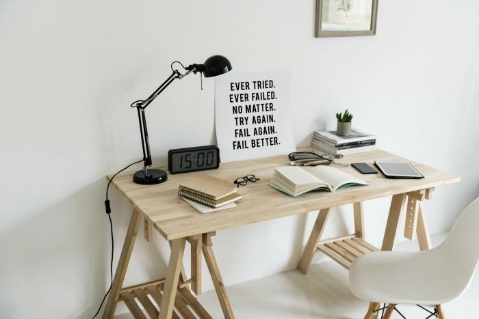 modèle de bureau diy à réaliser facilement avec planches de bois, déco de pièce minimaliste aux murs blancs et meubles bois