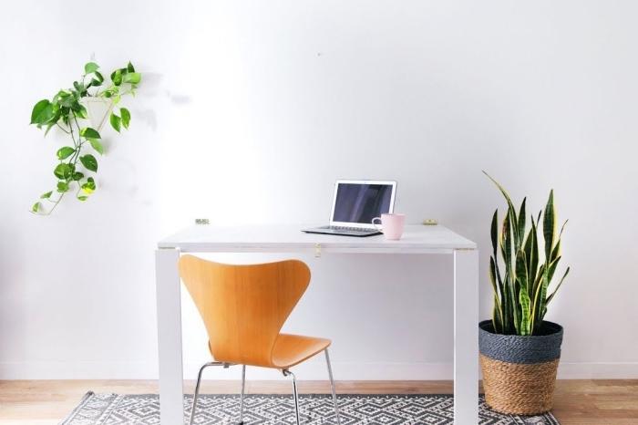 décoration minimaliste dans un espace de travail aux murs blancs et sol bois, idee bureau facile à faire soi-même