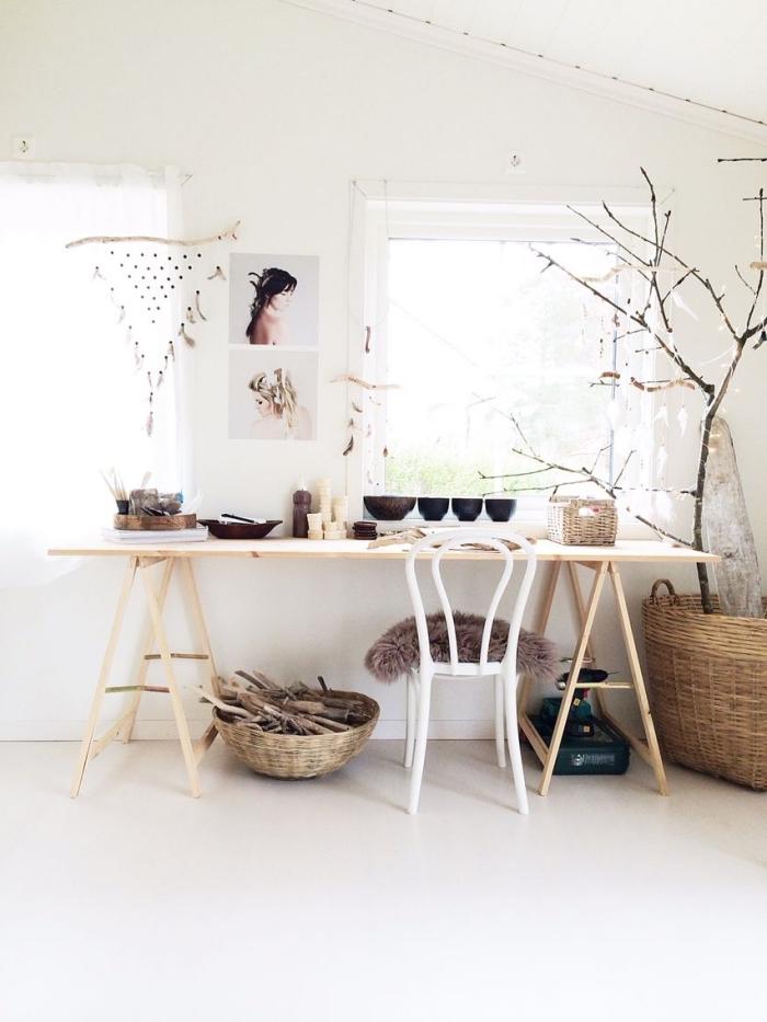 comment décorer une pièce bohème aux murs blancs avec bureau diy en bois et accessoires de style ethnique