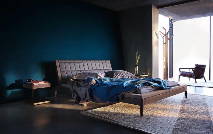 idée couleur chambre tendance moderne, décoration chambre aux murs bleu minuit avec sol effet béton et meubles foncés