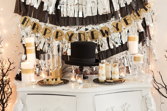 guirlande de papier a faire soi meme en noir, argent et or, bougies pailletées, bougeoirs, desserts de nouvel an, candy bar decoration nouvel an 2020