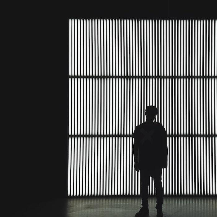 Silhouette d'homme fond d'écran noir, photo de noir, image fond d'écran blanc avec détails noires