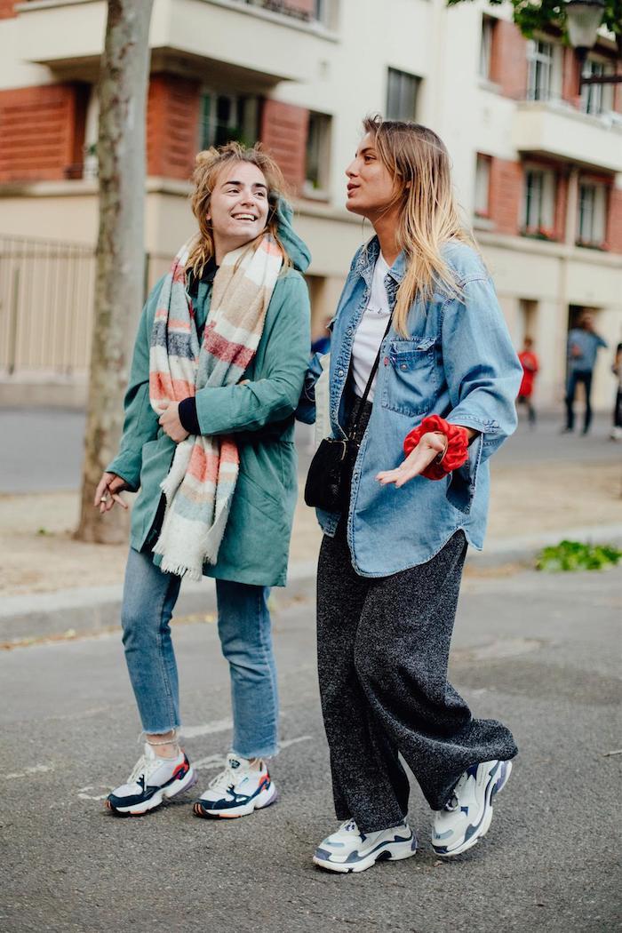 Vintage vibe photo style streetwear femme, amies tenues swag, promenade vêtements chic rétro style décontracté