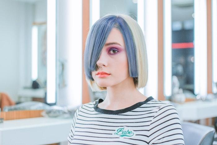Extravagante coupe cheveux mi long, trouver les meilleures tendances de coiffure, deux couleurs qui se bloquent