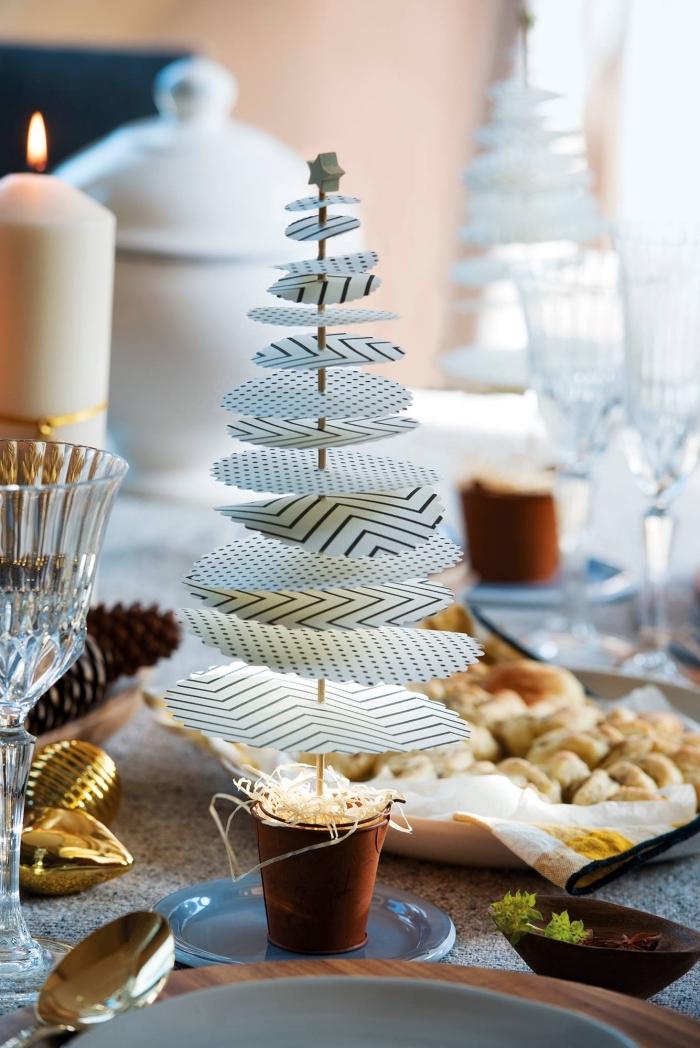 comment décorer la table de Noël avec objets DIY à petit budget, modèle de mini sapin de Noël en papier scrapbooking