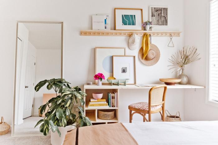 décoration petite chambre moderne aux murs blancs avec meubles en bois, idee bureau à réaliser soi-même avec rangement ouvert